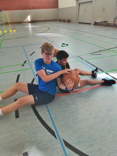 Zwei Schüler trainieren die Ball-Übergabe.