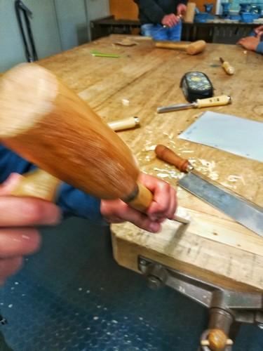 Ein Schüler arbeitet mit dem Holzhammer.