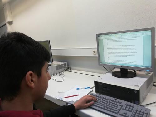 Ein Mitglied der Homepage-AG bei der Überarbeitung eines Texts.